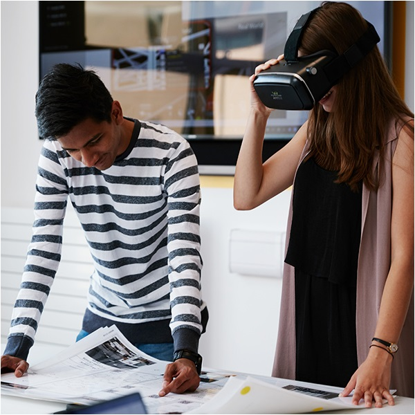 Student presenting virtual reality project to other student