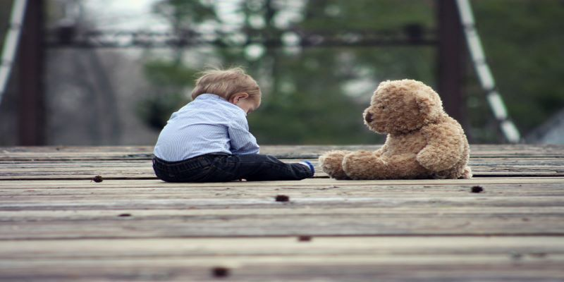 Child and Teddy 800x400