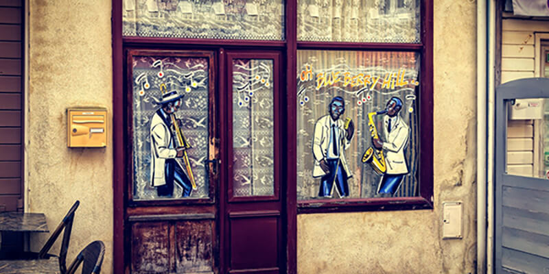 Illustrations of jazz players on the windows of an outside café